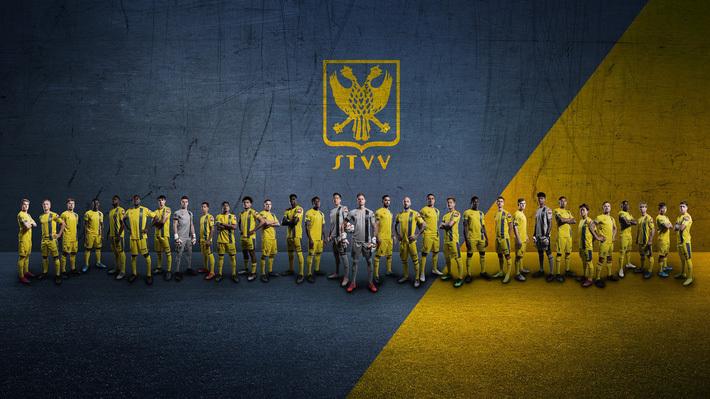 Chụp ảnh mới cùng đội tuyển, Công Phượng bị fan Bỉ móc máy vì không được ra sân