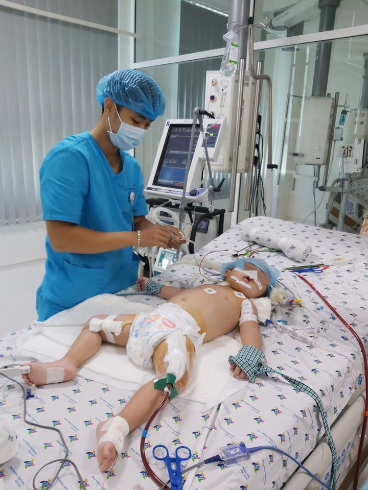 Bé gái bị viêm phổi nặng, suy hô hấp nguy kịch được cứu sống thần kỳ