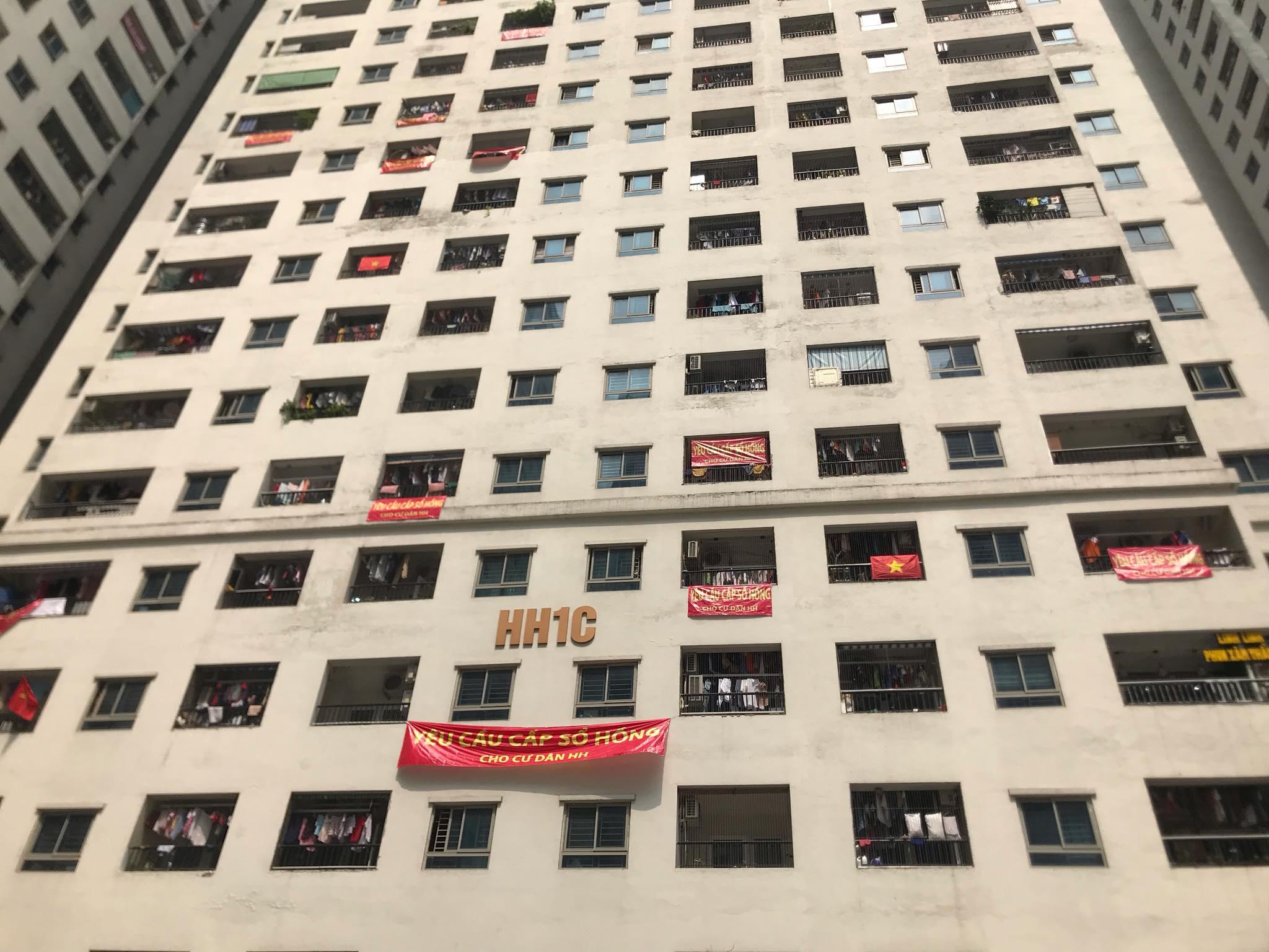 Lý giải của UBND phường về văn bản cư dân Linh Đàm treo băng rôn đòi sổ hồng vì sơn độc hại