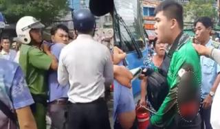 Va chạm giao thông, tài xế xe buýt đâm thanh niên mặc áo GrabBike nhập viện