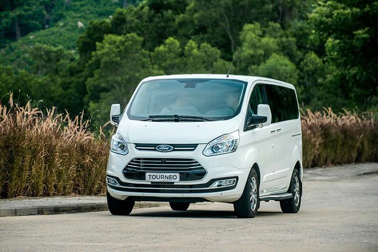 Ford Tourneo giá từ 999 triệu đồng được trang bị gì