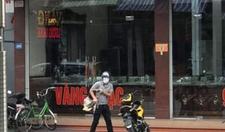 Tên cướp mang súng liều lĩnh xông vào cướp tiệm vàng ở Quảng Ninh