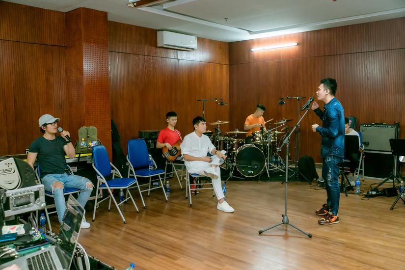 Sau ồn ào ly hôn, Hồ Hoài Anh trực tiếp vào phòng tập band cùng Khắc Việt tới đêm