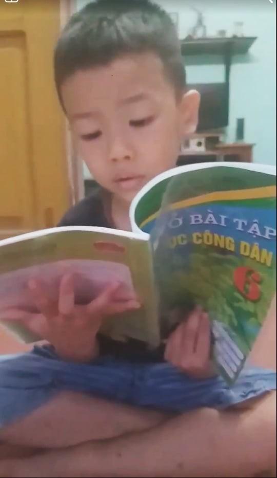 Cậu bé chưa học chữ đã biết đọc vanh vách sách, truyện ở Hải Phòng