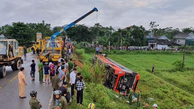 Kinh hoàng hiện trường xe khách giường nằm lật nhào trên đường Hồ Chí Minh