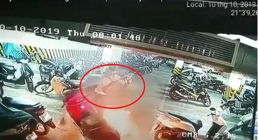 Clip xe máy bốc cháy dữ dội dưới hầm chung cư ở Hà Nội