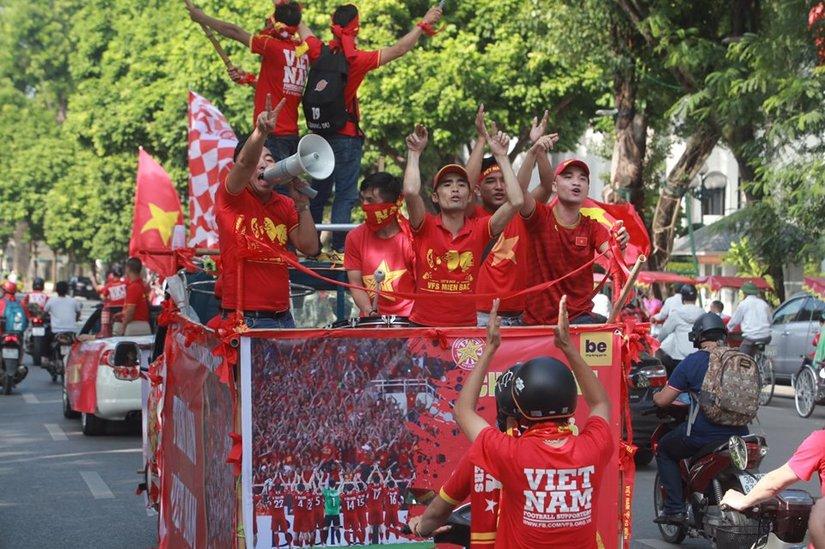 Cờ Tổ quốc 'nhuộm đỏ' phố, nghìn CĐV hô vang 'Việt Nam chiến thắng'
