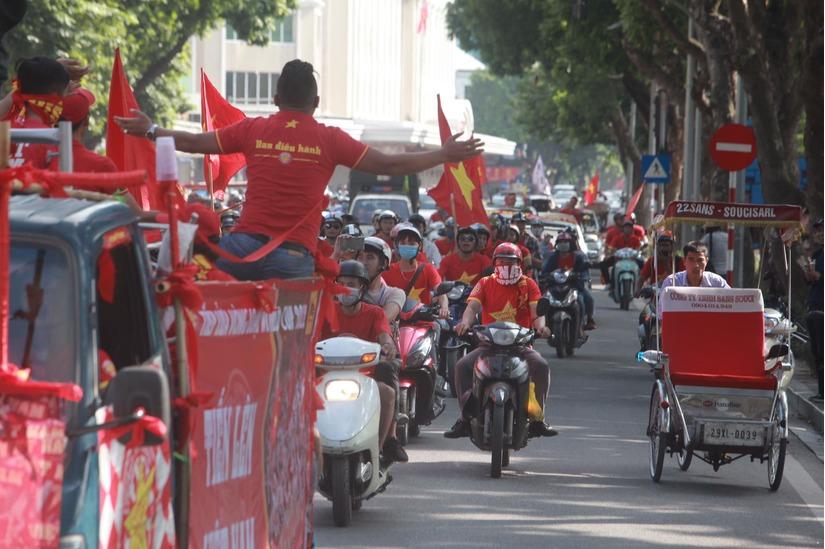 Cờ Tổ quốc 'nhuộm đỏ' phố, nghìn CĐV hô vang 'Việt Nam chiến thắng' 2