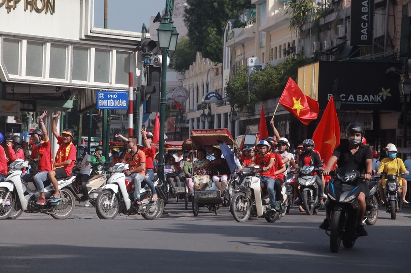 Cờ Tổ quốc 'nhuộm đỏ' phố, nghìn CĐV hô vang 'Việt Nam chiến thắng' 6