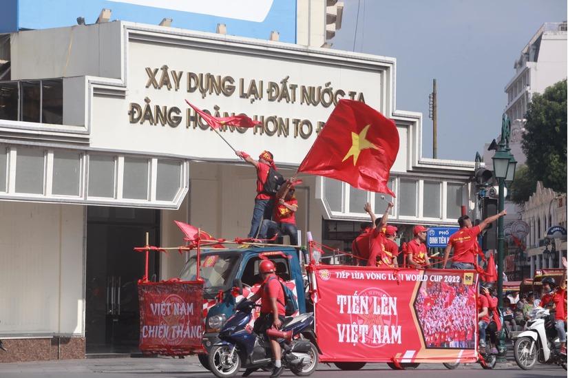 Cờ Tổ quốc 'nhuộm đỏ' phố, nghìn CĐV hô vang 'Việt Nam chiến thắng' 7