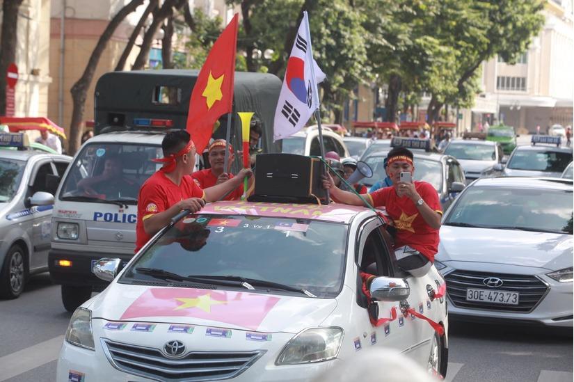 Cờ Tổ quốc 'nhuộm đỏ' phố, nghìn CĐV hô vang 'Việt Nam chiến thắng' 8
