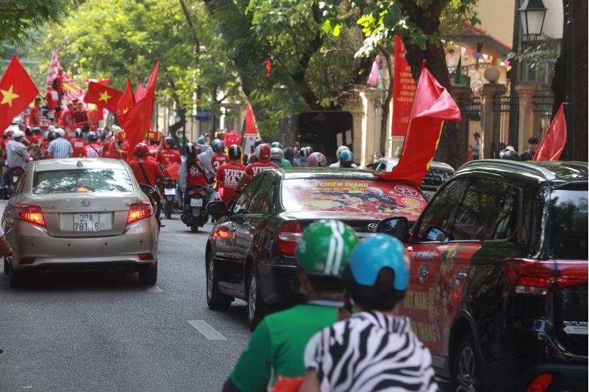 Cờ Tổ quốc 'nhuộm đỏ' phố, nghìn CĐV hô vang 'Việt Nam chiến thắng' 9