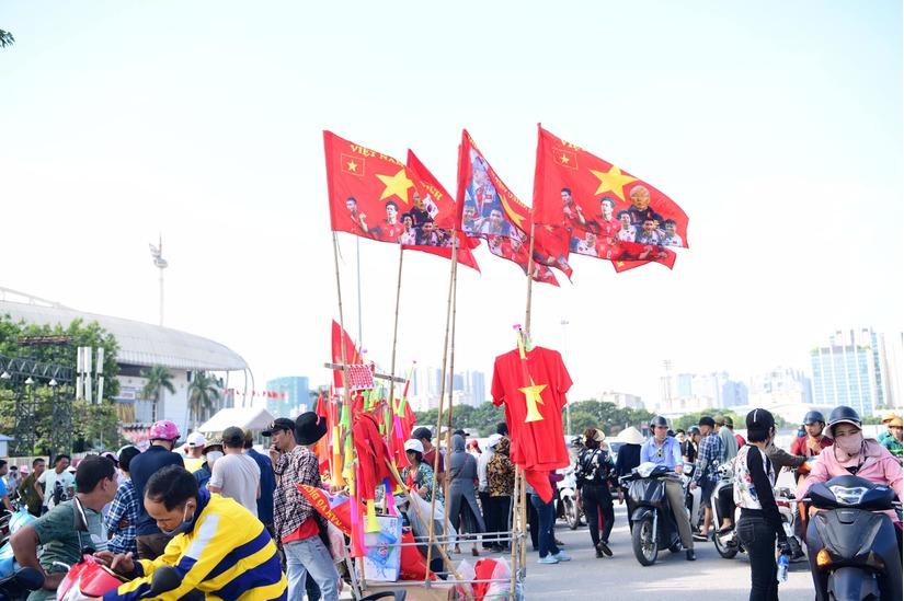Cờ Tổ quốc 'nhuộm đỏ' phố, nghìn CĐV hô vang 'Việt Nam chiến thắng' 11