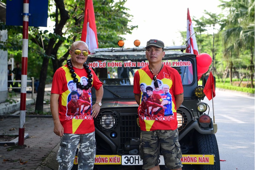 Cờ Tổ quốc 'nhuộm đỏ' phố, nghìn CĐV hô vang 'Việt Nam chiến thắng' 12