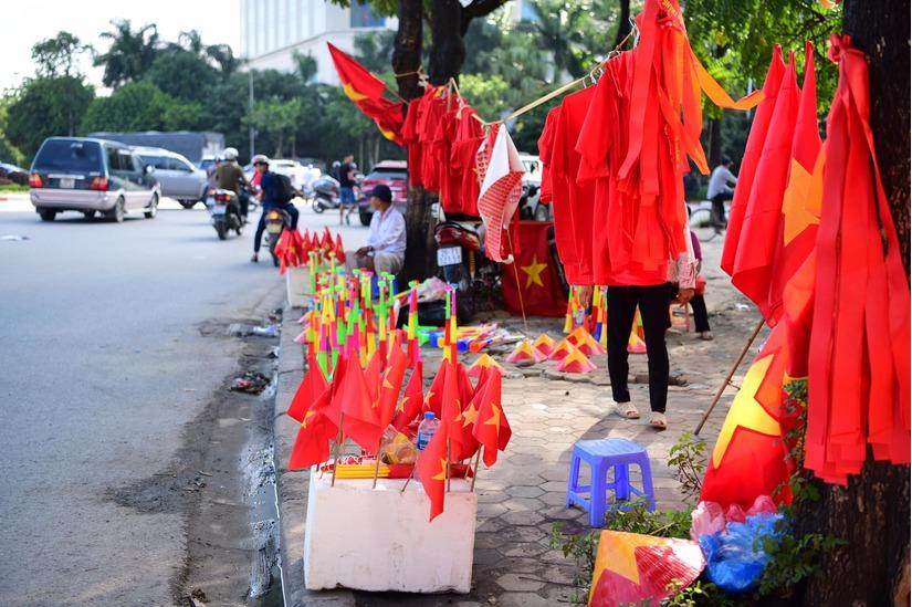 Cờ Tổ quốc 'nhuộm đỏ' phố, nghìn CĐV hô vang 'Việt Nam chiến thắng' 13