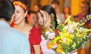 Sau trận Việt Nam thắng Malaysia, NSƯT Chiều Xuân cùng con gái 'đi bão'