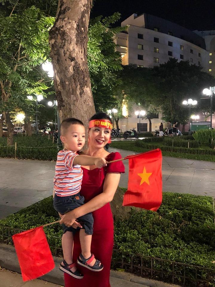 NSƯT Chiều Xuân cùng con gái 'đi bão' sau trận Việt Nam - Malaysia