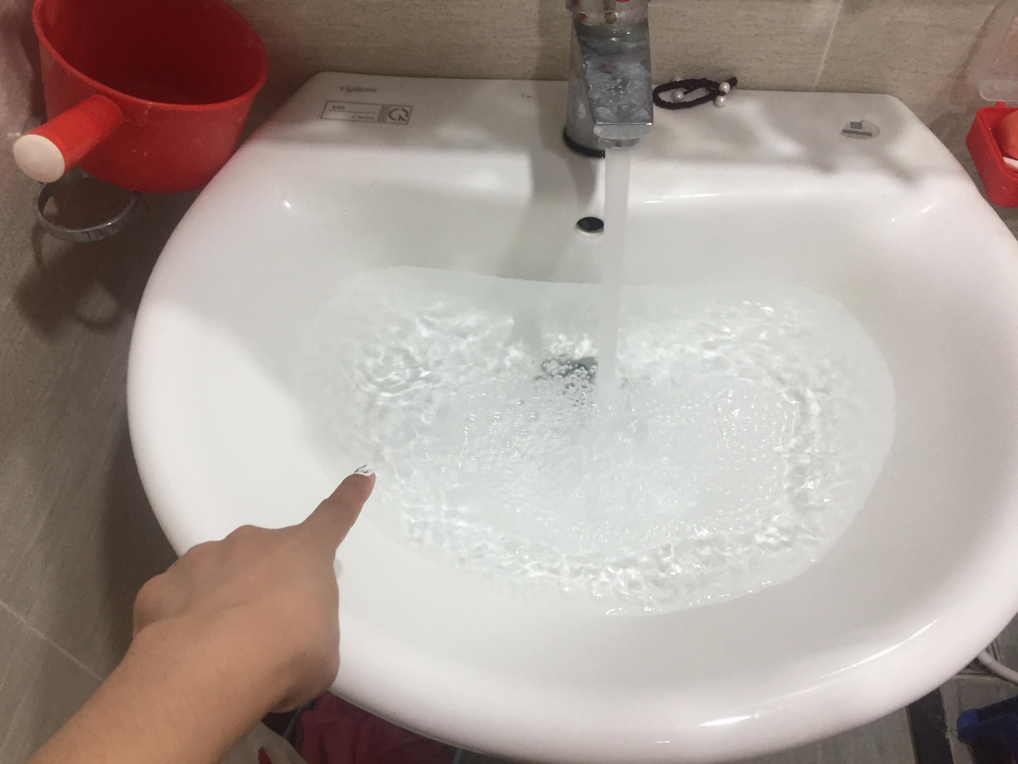 Nước sạch có mùi khét cháy, dân Hà Nội hoang mang lo lắng