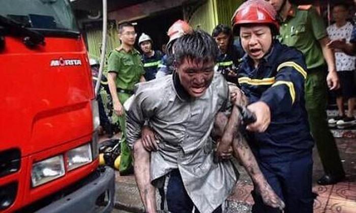 Chàng trai cõng lại chiến sĩ chữa cháy vì đã cõng mình