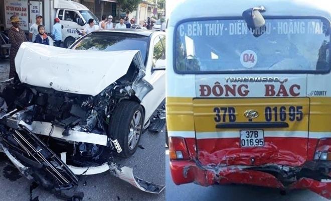 Nghệ An: Húc đuôi xe buýt, xe sang Mercedes S450 nát bươm