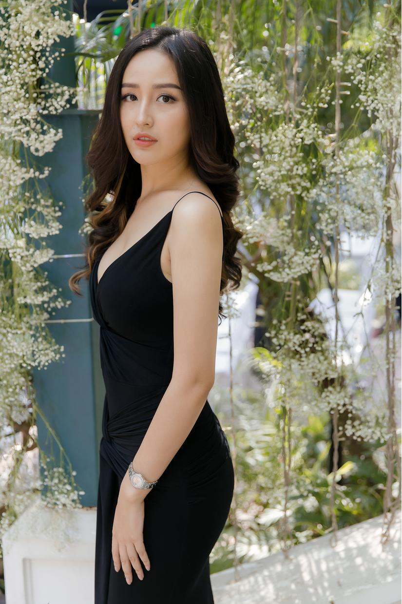 Hoa hậu Mai Phương Thúy gợi cảm khi khoe vòng 1 hững hờ