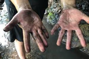 Cận cảnh suối Trâm dẫn vào nhà máy nước Sông Đà phủ kín dầu