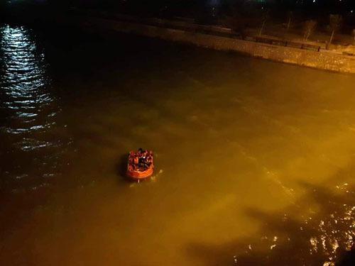 Trắng đêm dọi đèn dọc sông Lam tìm thanh niên nghi nhảy cầu Bến Thủy