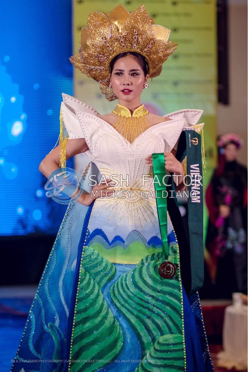 Hoàng Hạnh nhận giải đồng trang phục dân tộc ở Hoa hậu Trái Đất