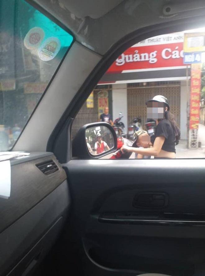 Sốc với cảnh người mẹ vừa lái xe máy vừa cho con trai bú trên đường
