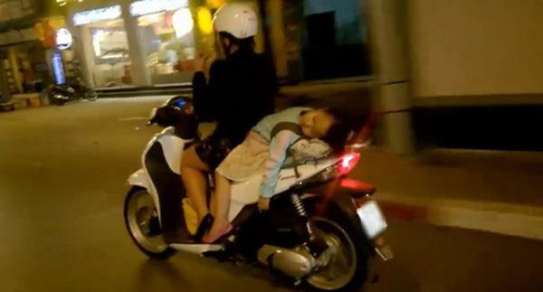 Sốc với cảnh người mẹ vừa lái xe máy vừa cho con trai bú trên đường5