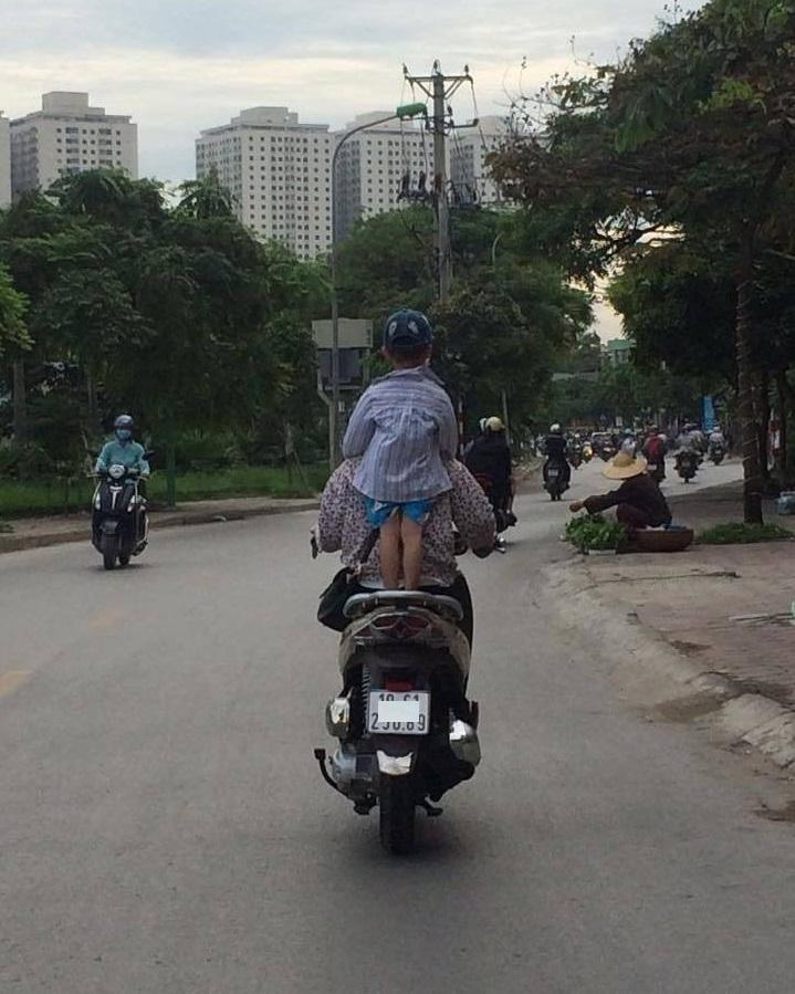 Sốc với cảnh người mẹ vừa lái xe máy vừa cho con trai bú trên đường4