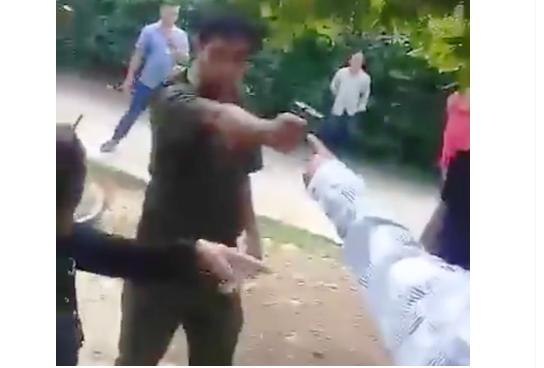 Phó công an xã ở Quảng Nam rút súng dọa người dân vì cản trở nhiệm vụ