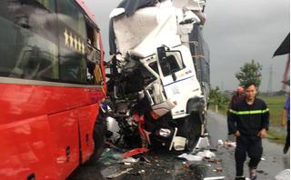 Xe tải đấu đầu xe khách giường nằm, hàng chục người thương vong