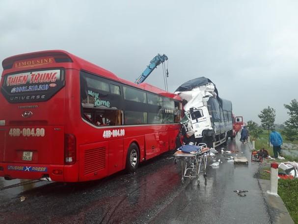 Xe tải và xe khách nát bươm sau cú đấu đầu, phụ xe chết trong cabin