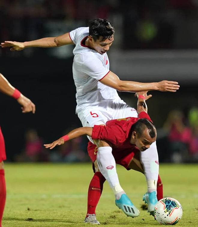 Khoảnh khắc cầu thủ Indonesia cao 1,58m cõng Văn Hậu trên sân3