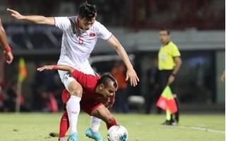 Phát sốt khoảnh khắc cầu thủ Indonesia cao 1,58m 'cõng' Văn Hậu trên sân