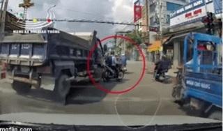 Clip: Tài xế ô tô tải ngông cuồng đuổi ép thanh niên đi xe máy khi đang chờ đèn đỏ