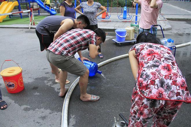 Cư dân Linh Đàm đổ bỏ nước cấp miễn phí vì có mùi tanh