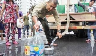 Xe bồn bẩn chở nước miễn phí cho cư dân Linh Đàm