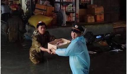 ẢNH: Công an giải cứu hàng cho bà con chợ Vinh khỏi biển nước