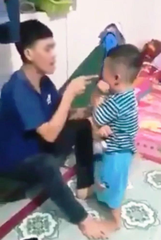 Phẫn nộ clip bé trai khoảng 3 tuổi bị bố bạo hành, tát tới tấp vào mặt2