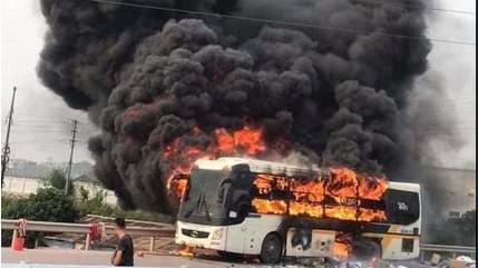 Xe khách bốc cháy dữ dội trên cao tốc Hà Nội - Bắc Giang