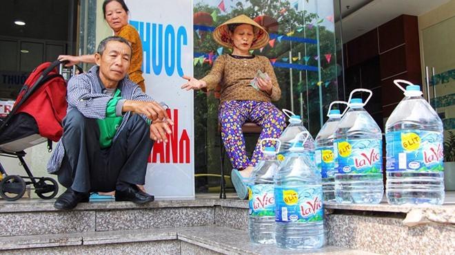Hà Nội đang trong cơn khủng hoảng nước sạch nhưng người dân có nên dùng nước khoáng để nấu ăn? 2