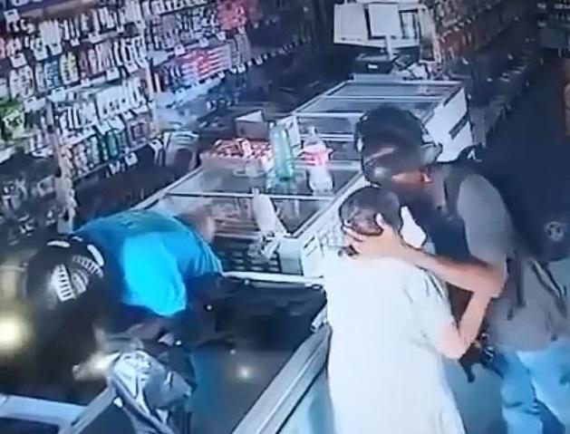 Clip: Cướp gặp cụ già cho tiền, gã tội phạm có hành động bất ngờ2