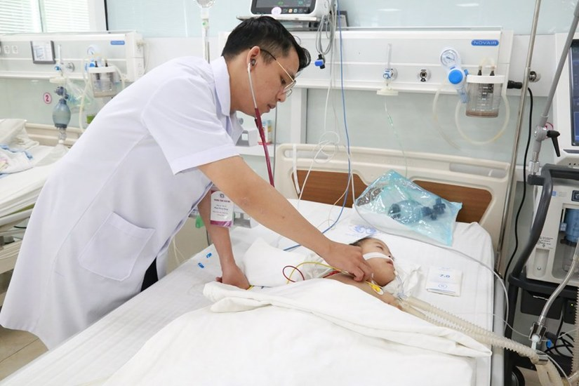 Bé gái 4 tuổi bị viêm phổi nặng do uống nhầm dầu hỏa