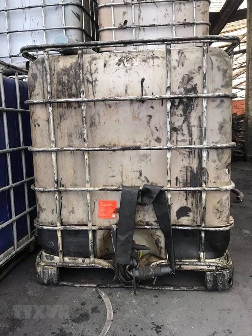 Cận cảnh những thùng dầu thải đổ xuống sông Đà làm dân Hà Nội 'khốn đốn'