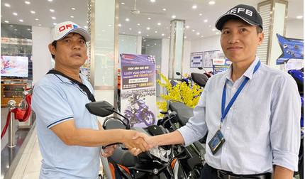 'Hiệp sĩ' Nguyễn Thanh Hải được tặng xe máy mới sau 1 ngày bị 'đòi lại'