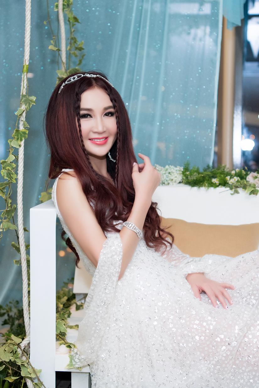 'Nàng Đát Kỷ' Ôn Bích Hà đẹp ngỡ ngàng ở tuổi 50 trong thiết kế của NTK Tuyết Lê
