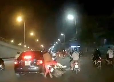 Dân mạng ráo riết truy tìm tài xế ô tô tông trúng xe máy rồi bỏ chạy
