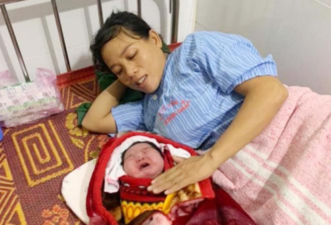 Kỳ tích: Bà mẹ Nghệ An sinh thường bé gái nặng 5,5 kg 2